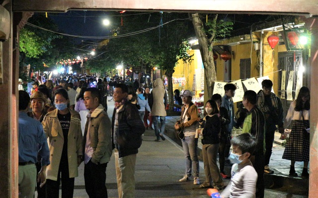 Hoi An crowded with tourists in the first days of the new year 2021-3