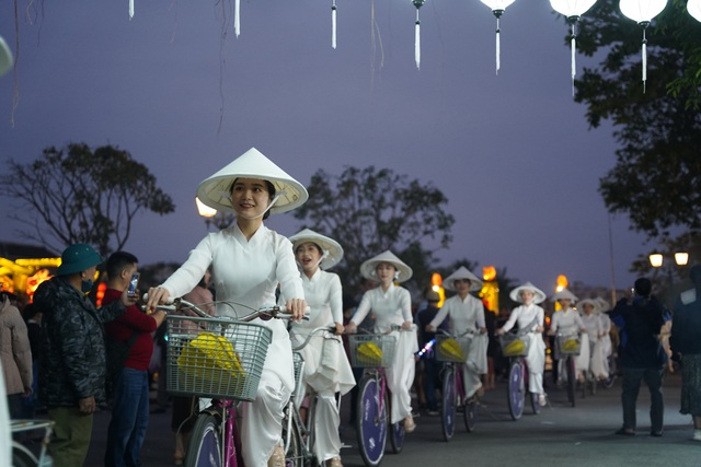 Impressive night performance Ao Dai in the heart of Hoi An ancient town - 4