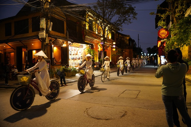Impressive night performance Ao Dai in the heart of Hoi An ancient town - 5