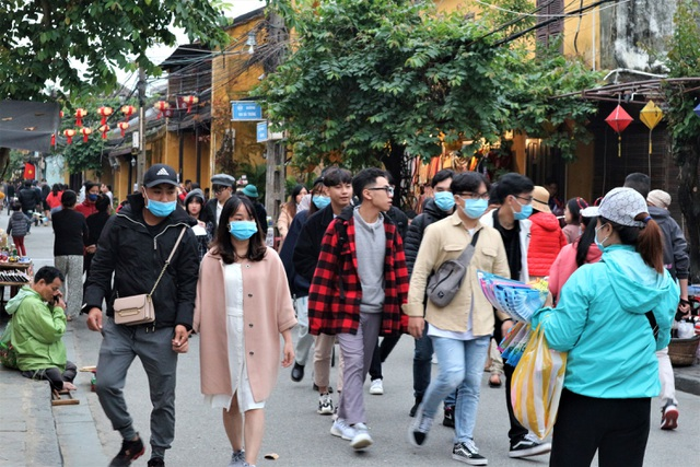 Hoi An crowded with tourists in the first days of the new year 2021 - 6