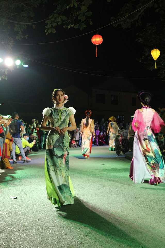 Impressive night performance Ao Dai in the heart of Hoi An ancient town - 8