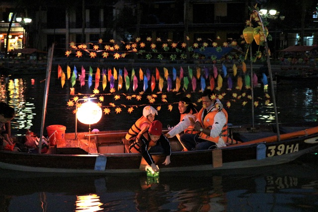 Hoi An crowded with tourists in the first days of the new year 2021-8