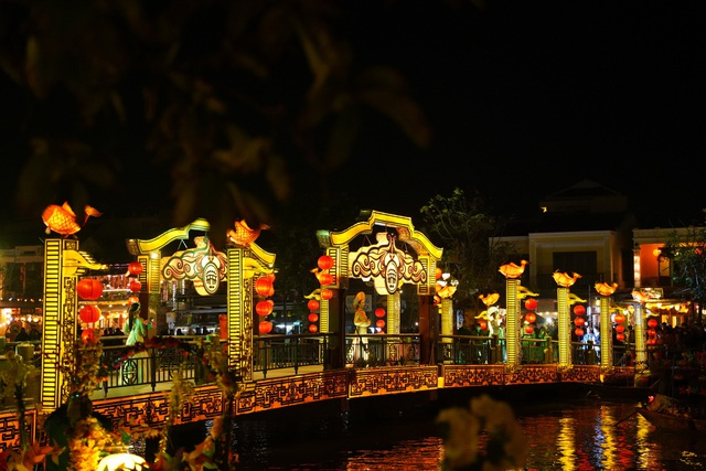 Impressive night performance Ao Dai in the heart of Hoi An ancient town - 9