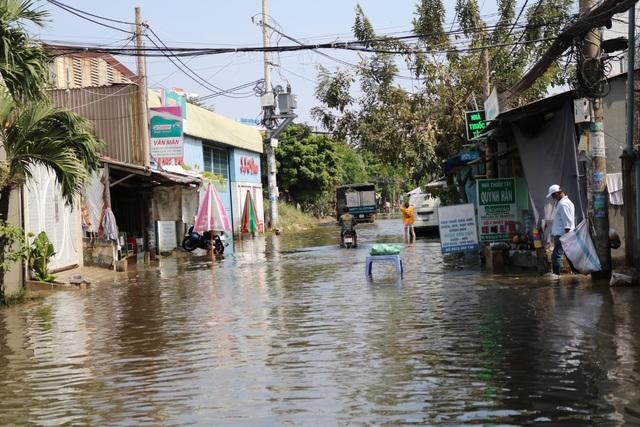 Trời không mưa, đường ở TP Thủ Đức vẫn ngập như sông - 1
