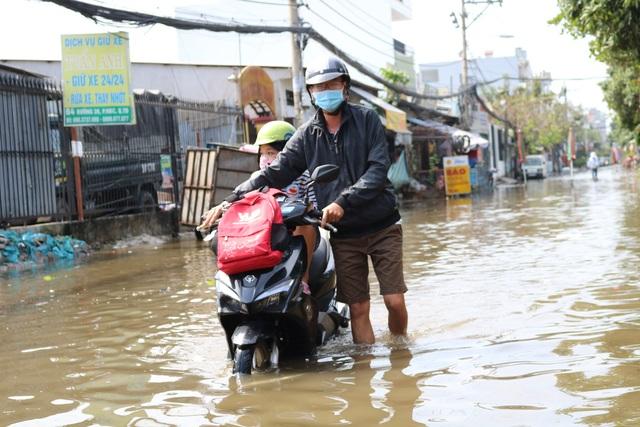 Trời không mưa, đường ở TP Thủ Đức vẫn ngập như sông - 8