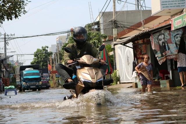 Trời không mưa, đường ở TP Thủ Đức vẫn ngập như sông - 3