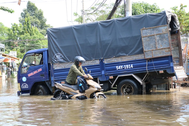 Trời không mưa, đường ở TP Thủ Đức vẫn ngập như sông - 7