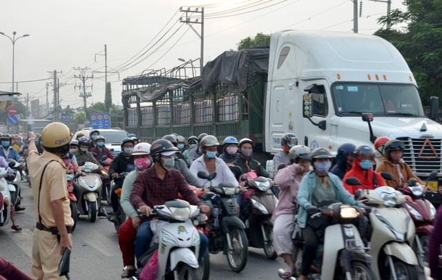 Giao thông cửa ngõ Sài Gòn đông nhưng không tắc - 1