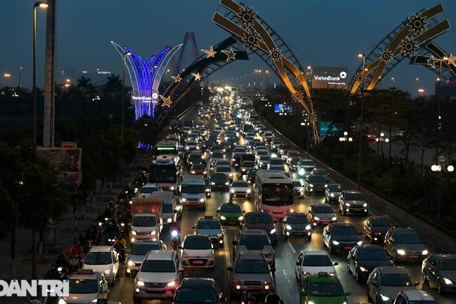 Hàng nghìn ôtô chôn chân tại cầu Nhật Tân ngày cuối kỳ nghỉ lễ - 12