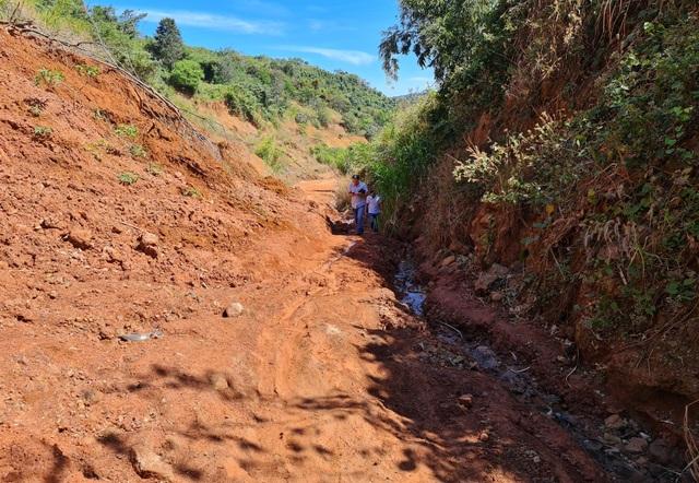 Liên tục sạt lở, con đường hàng trăm tỷ tại Đắk Nông biến mất trong đất đá - 1