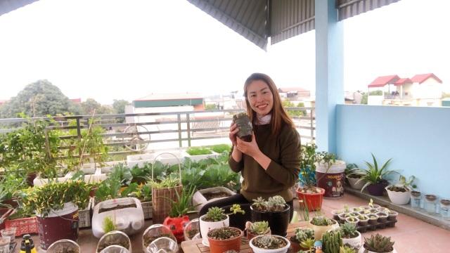 Mẹ đảm vác 2 tạ đất, gom ve chai lên sân thượng làm khu vườn ngập rau trái - 1