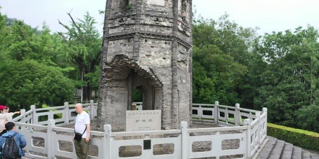 Tòa tháp nghiêng vẹo 7 độ, chân tháp bị phá hủy, nhưng tồn tại 1.000 năm - 4