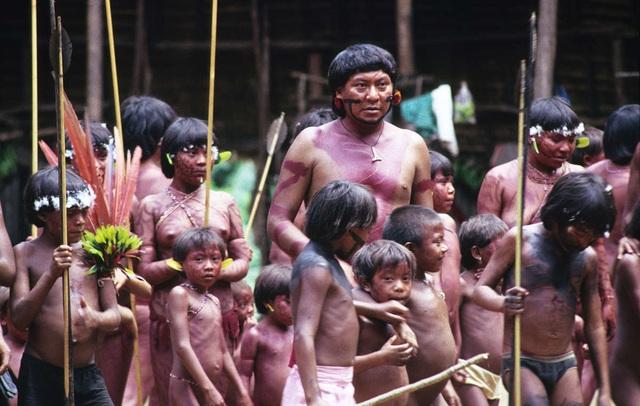 Những tập tục kỳ lạ của bộ tộc sống biệt lập trong rừng sâu Amazon - 1