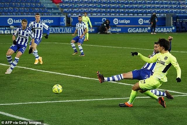 Luis Suarez tỏa sáng giúp Atletico vượt mặt Real Madrid và Barcelona - 8