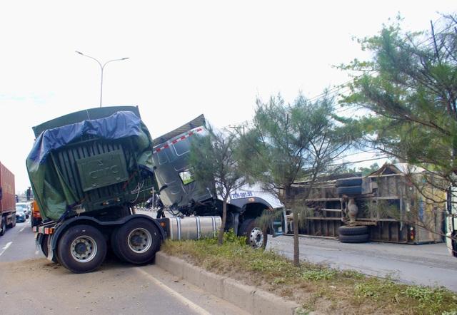 Hung thần container bay qua dải phân cách tông lật xe tải trên QL 51 - 2