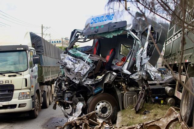 Hung thần container bay qua dải phân cách tông lật xe tải trên QL 51 - 3