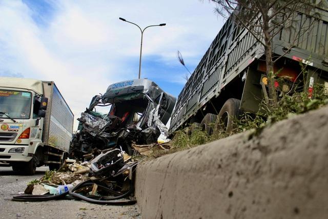 Hung thần container bay qua dải phân cách tông lật xe tải trên QL 51 - 4