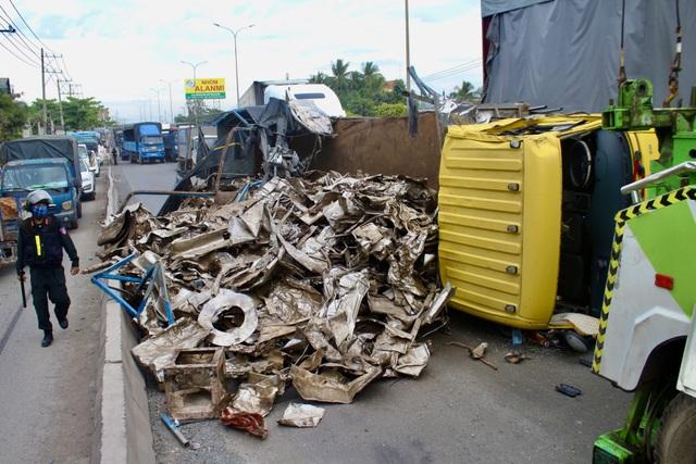 Hung thần container bay qua dải phân cách tông lật xe tải trên QL 51 - 5