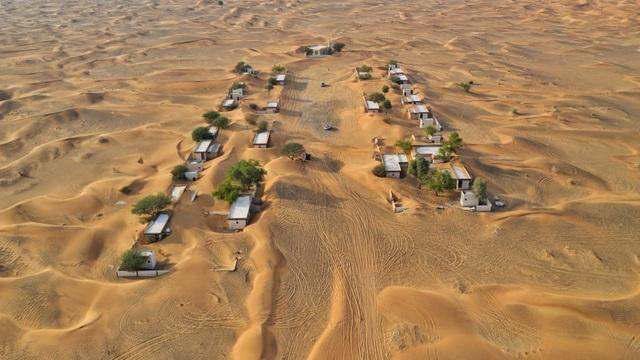 Lạ lùng ngôi làng ma bị chôn vùi trong cát, bỏ hoang đầy bí ẩn - 1