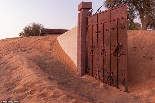 Lạ lùng ngôi làng ma bị chôn vùi trong cát, bỏ hoang đầy bí ẩn - 2