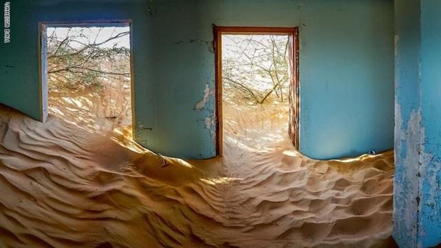 Lạ lùng ngôi làng ma bị chôn vùi trong cát, bỏ hoang đầy bí ẩn - 4