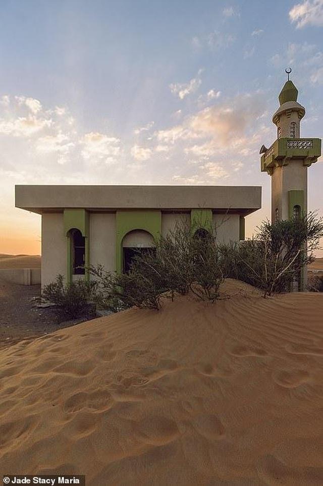 Lạ lùng ngôi làng ma bị chôn vùi trong cát, bỏ hoang đầy bí ẩn - 5