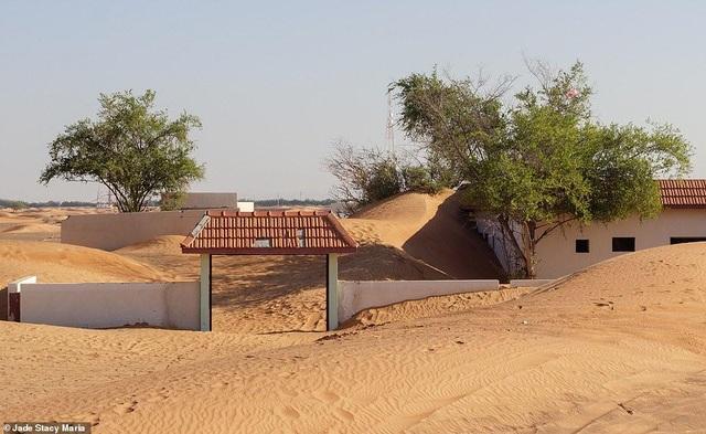 Lạ lùng ngôi làng ma bị chôn vùi trong cát, bỏ hoang đầy bí ẩn - 6