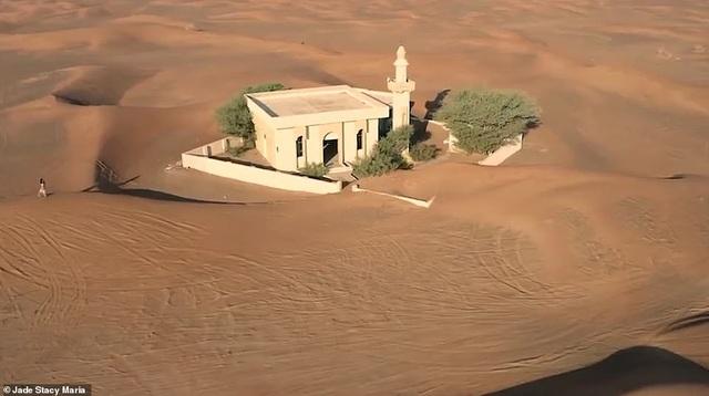 Lạ lùng ngôi làng ma bị chôn vùi trong cát, bỏ hoang đầy bí ẩn - 7