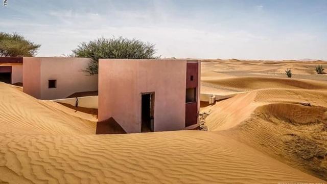 Lạ lùng ngôi làng ma bị chôn vùi trong cát, bỏ hoang đầy bí ẩn - 8