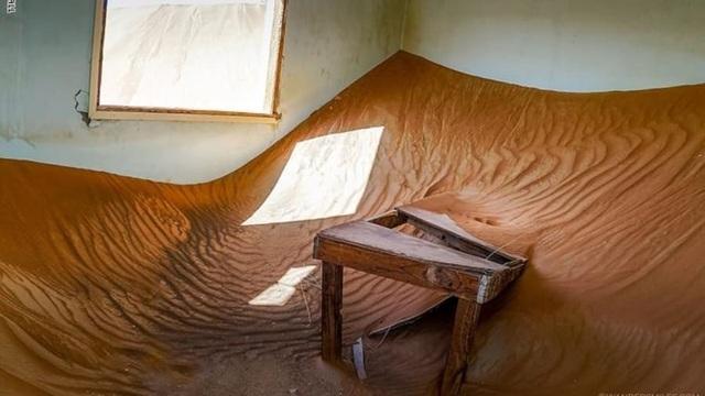 Lạ lùng ngôi làng ma bị chôn vùi trong cát, bỏ hoang đầy bí ẩn - 9