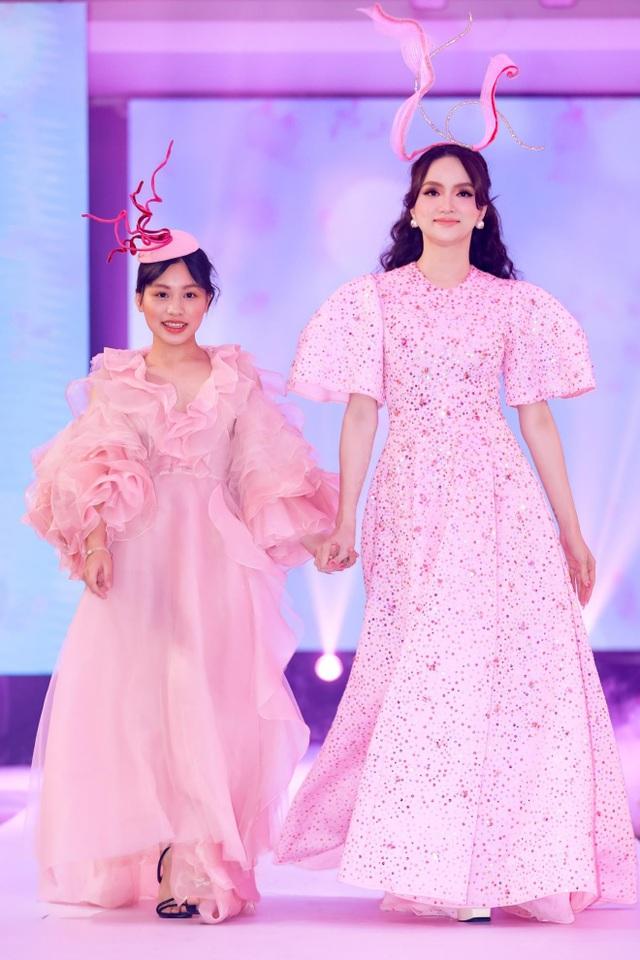 Hoa hậu Hương Giang tái xuất sàn diễn hậu scandal bị tẩy chay - 1