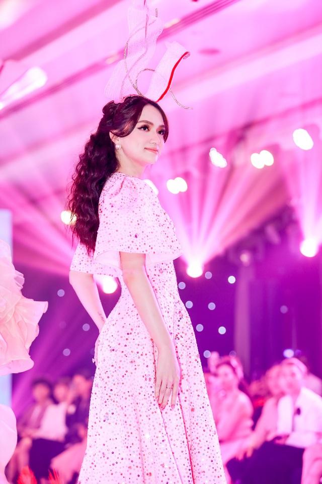 Hoa hậu Hương Giang tái xuất sàn diễn hậu scandal bị tẩy chay - 3