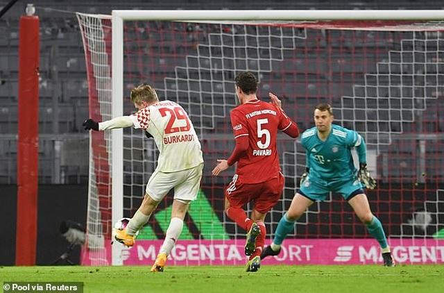 Lewandowski lập cú đúp, Bayern Munich ngược dòng khó tin  - 1