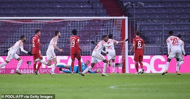 Lewandowski lập cú đúp, Bayern Munich ngược dòng khó tin - 2