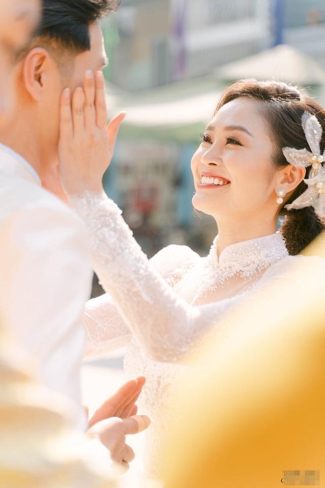 Diễn viên Hiếu Su hôn MC Thùy Linh đắm đuối trong lễ ăn hỏi - 3