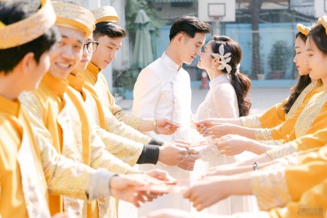 Diễn viên Hiếu Su hôn MC Thùy Linh đắm đuối trong lễ ăn hỏi - 9