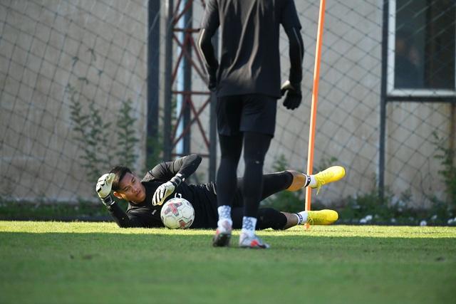 Văn Lâm tích cực tập luyện, quyết giành lại vị trí tại Muangthong United - 2