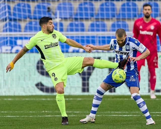 Luis Suarez tỏa sáng giúp Atletico vượt mặt Real Madrid và Barcelona - 1