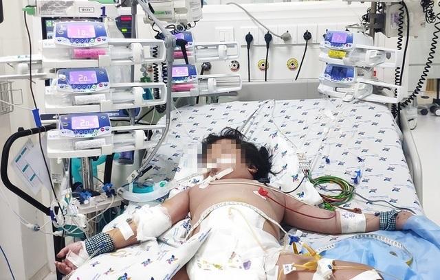 Bé gái sốc sốt xuất huyết suy đa cơ quan may mắn thoát chết - 2