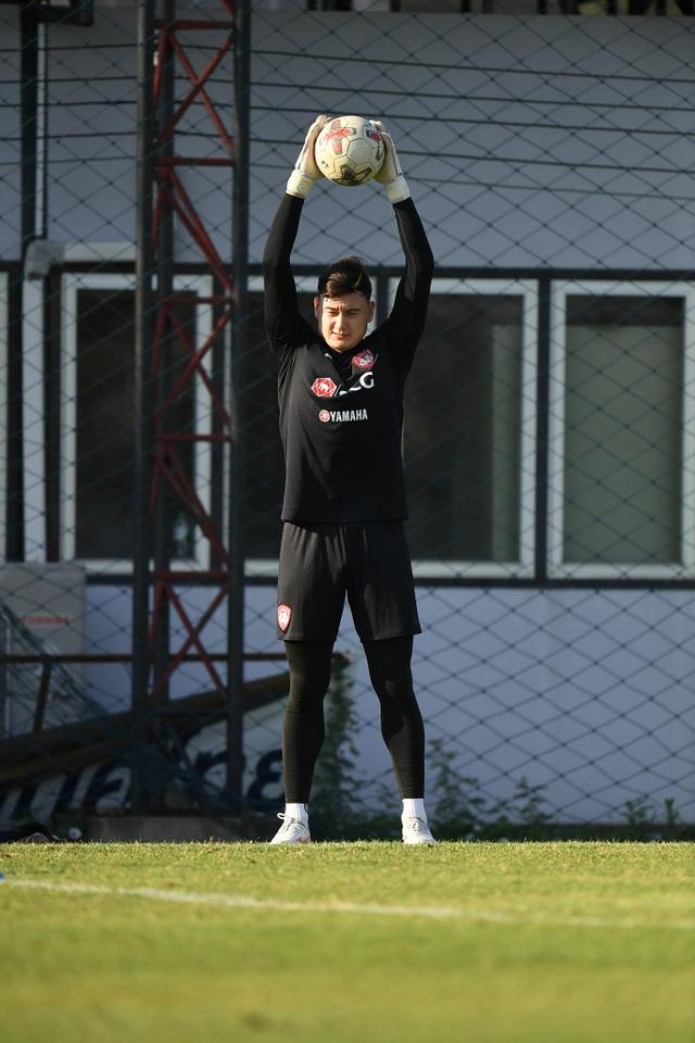 Văn Lâm tích cực tập luyện, quyết giành lại vị trí tại Muangthong United - 7