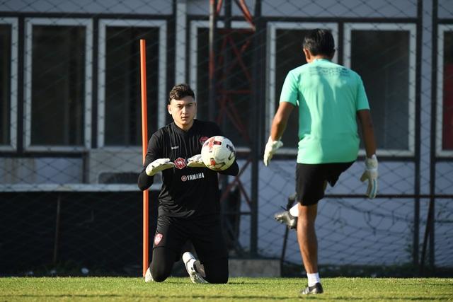Văn Lâm tích cực tập luyện, quyết giành lại vị trí tại Muangthong United - 11