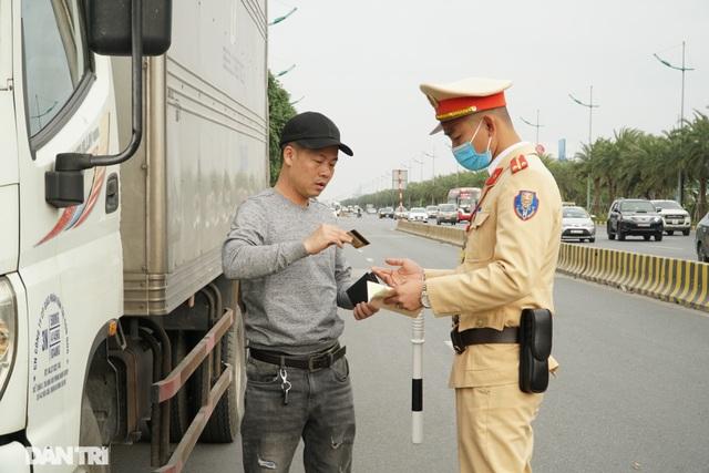 Hàng loạt ôtô dừng đỗ sai quy định bị xử phạt trong ngày làm việc đầu năm - 1
