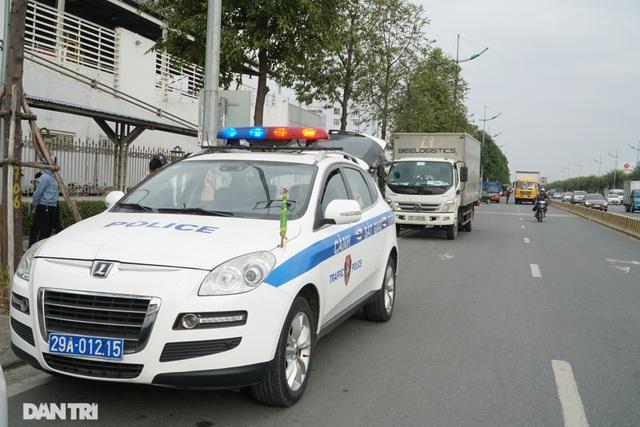 Hàng loạt ôtô dừng đỗ sai quy định bị xử phạt trong ngày làm việc đầu năm - 6