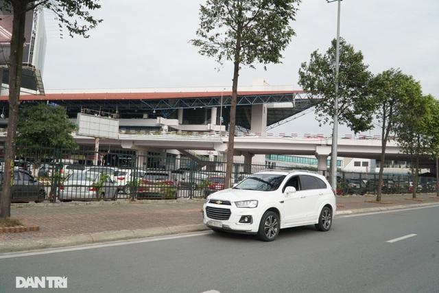 Hàng loạt ôtô dừng đỗ sai quy định bị xử phạt trong ngày làm việc đầu năm - 5