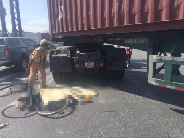 Mẹ bị xe container cuốn vào gầm, con trai ôm mẹ khóc ngất - 1