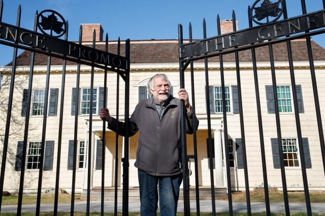 Cụ ông sống miễn phí 30 năm trong dinh thự sang trọng hơn 200 năm tuổi - 1