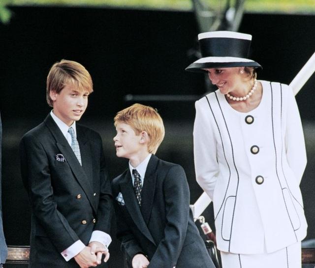 Những lần phá vỡ nguyên tắc hoàng gia về việc làm mẹ của công nương Diana - 4