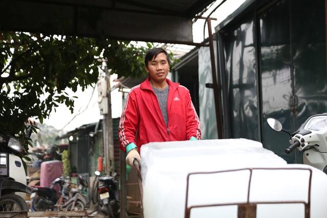 Hà Nội: Đông giá hơn 10 độ C, thợ nước đá vẫn miệt mài làm việc - 2