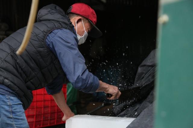 Hà Nội: Đông giá hơn 10 độ C, thợ nước đá vẫn miệt mài làm việc - 10