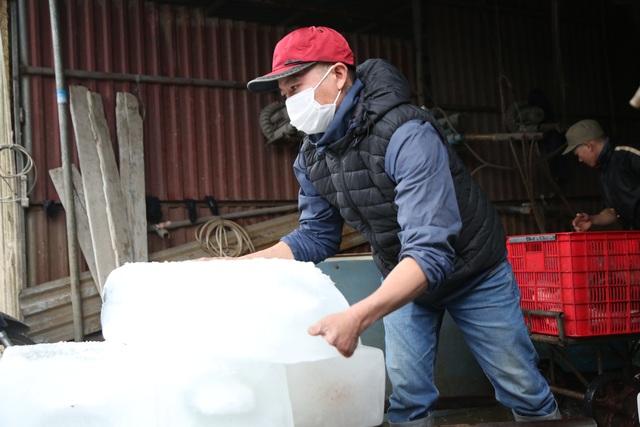 Hà Nội: Đông giá hơn 10 độ C, thợ nước đá vẫn miệt mài làm việc - 6